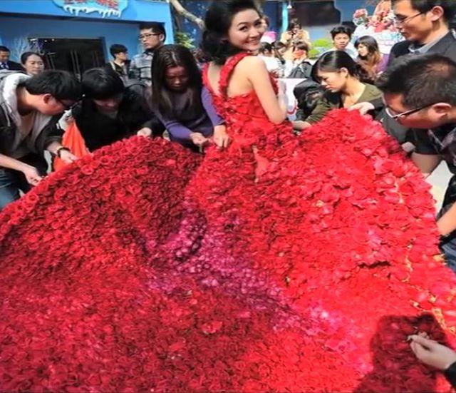 Wdziałyście kiedyś sukię ślubną z 9999 róż?! (VIDEO)