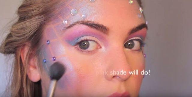 Makijaż na halloween - załóż na twarz siatkę i... [VIDEO]