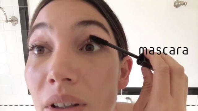 Lily Aldridge pokazuje, jak krok po kroku wykonuje swój letni makijaż
