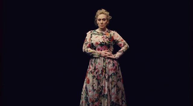 Adele zachwyca w sukience Dolce&Gabbana w najnowszym teledysku