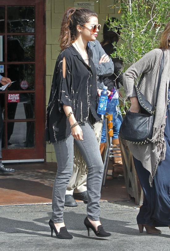 Selena Gomez eksperymentuje ze stylem (FOTO)