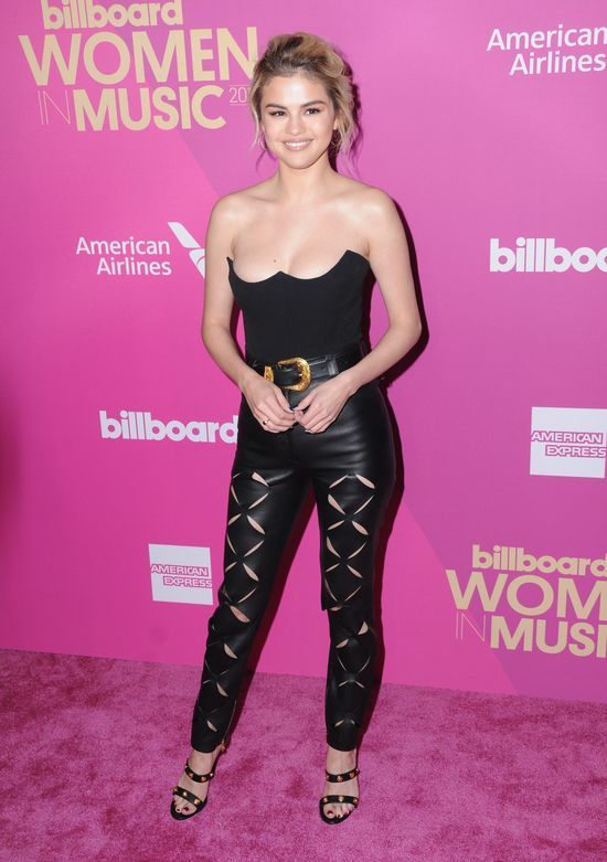 Co za dekolt! Selena Gomez pokazała naprawdę dużo w tej stylizacji...