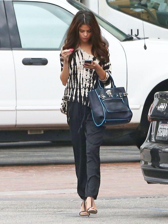 Selena Gomez w luźnych spodniach