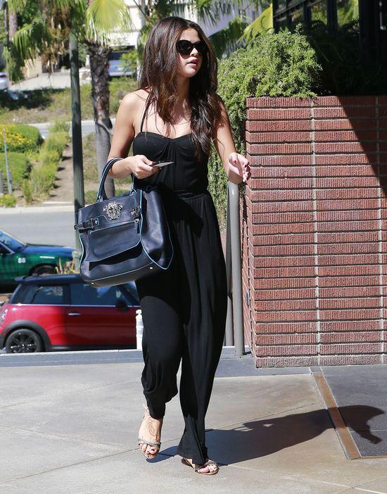 Selena Gomez w czarnym kombinezonie