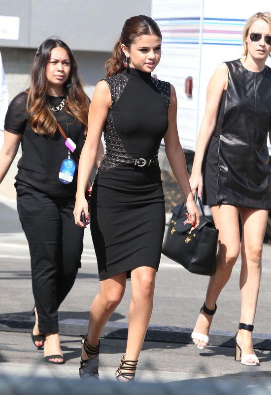 Selena Gomez w seksownej sukience Versace (FOTO)