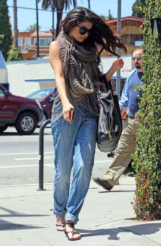 Selena Gomez w jeansowych ogrodniczkach