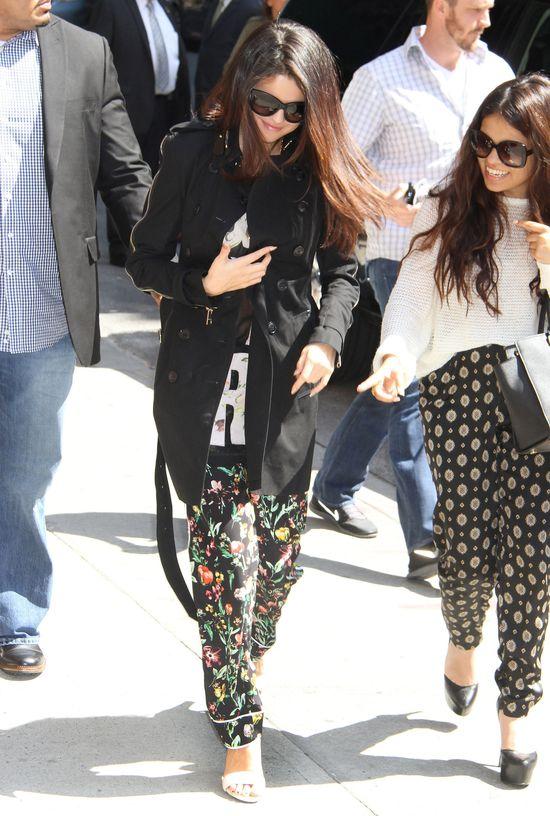 Selena Gomez w czarnym płaszczu