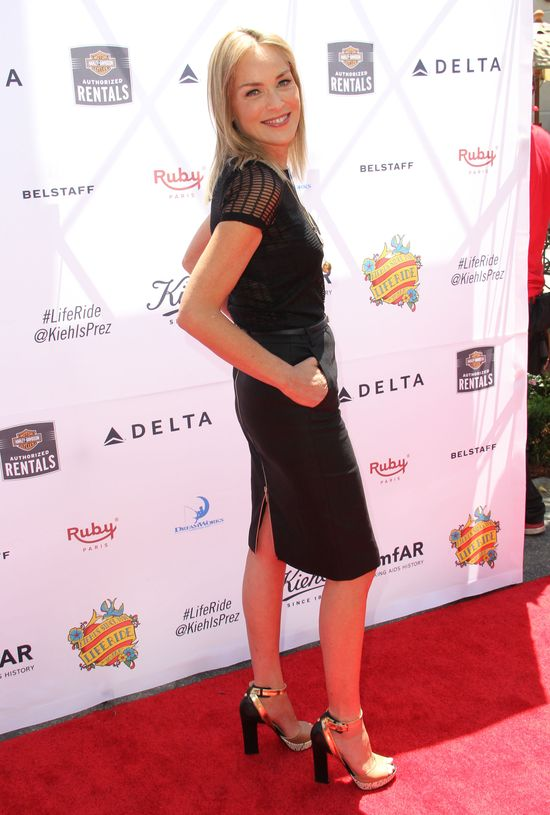 Sharon Stone w ołówkowej spódnicy (FOTO)
