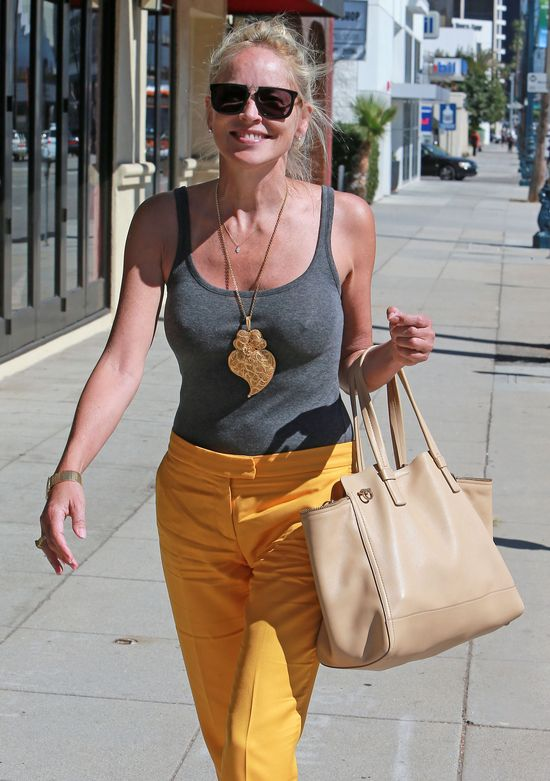 Sharon Stone w żółtych spodniach (FOTO)