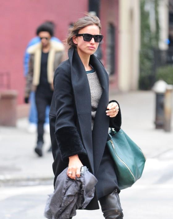 Irina Shayk w czarnym oversizowym płaszczu