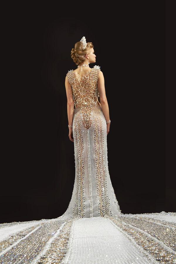 Najcięższa suknia ślubna na świecie! Waży prawie 200 kg!