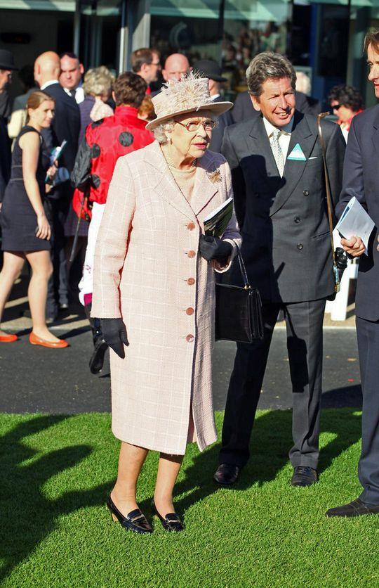 Królowa Elżbieta od 50-ciu lat chodzi w tych samych butach!