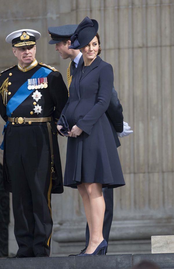 Księżna Kate dumnie eksponuje coraz większy brzuszek (FOTO)
