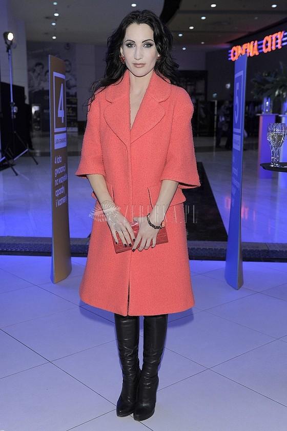 Justyna Steczkowska w czerwonym płaszczu