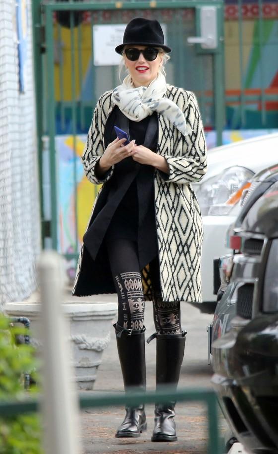 Gwen Stefani w biało-czarnym płaszczu