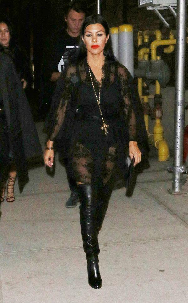 Kto lepiej nosi czerń - Kim czy Kourtney Kardashian? (FOTO)