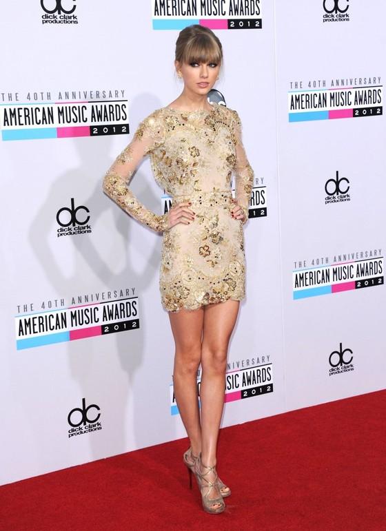 Taylor Swift w złotej sukience Zuhair Murad
