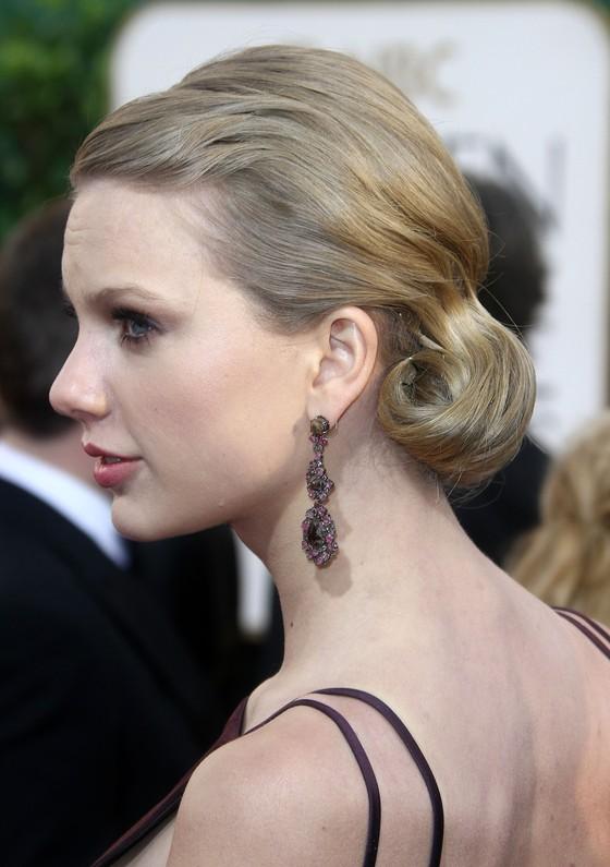 Taylor Swift w ciemnofioletowej sukni