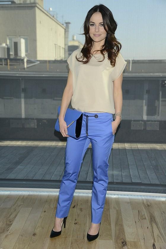 Paulina Sykut w kobaltowych spodniach