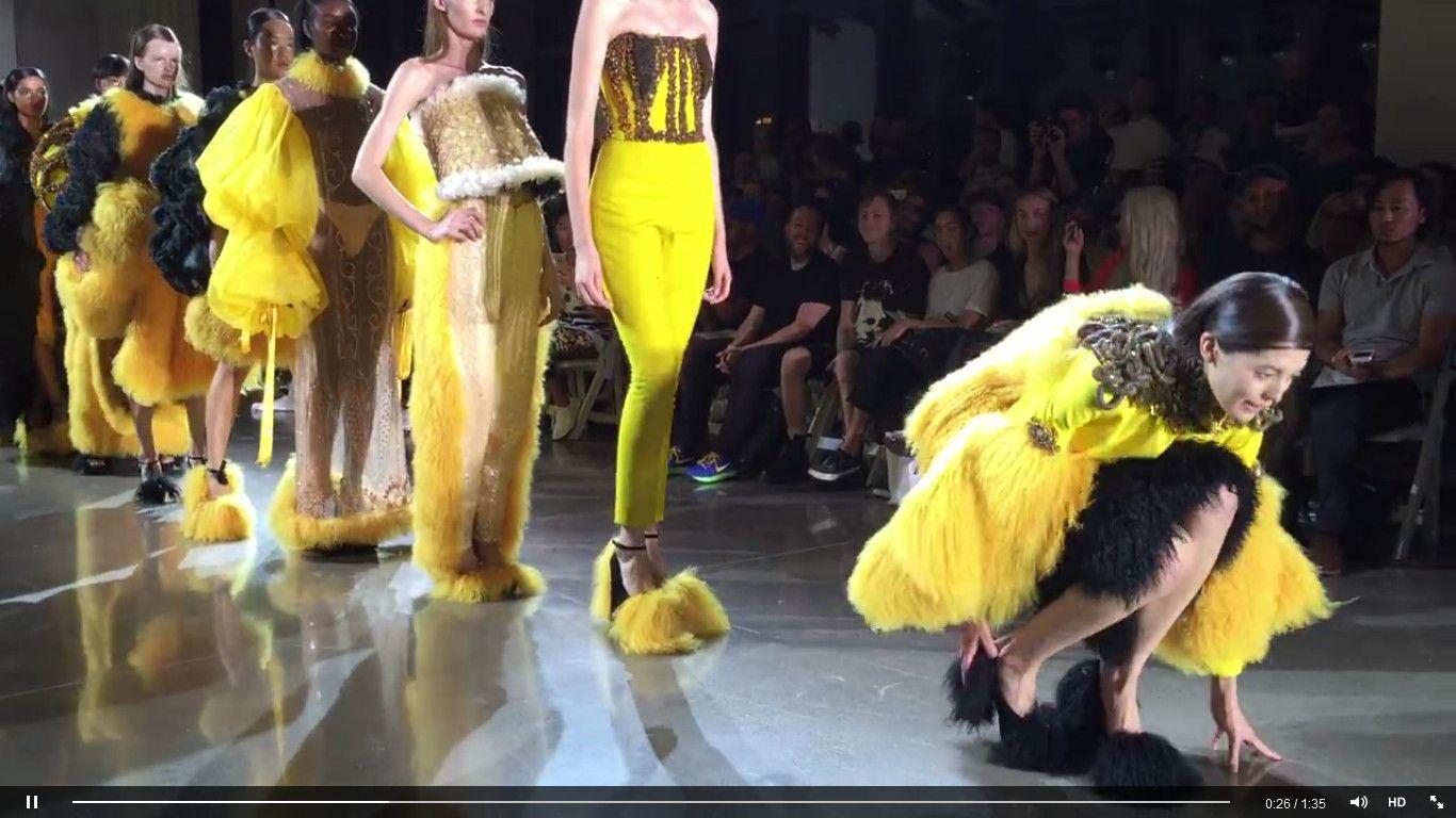 Modelka zdjęła niewygodne buty podczas NYFW (VIDEO)