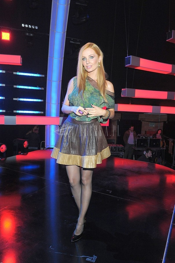 Agnieszka Szulim w srebrnej bluzce