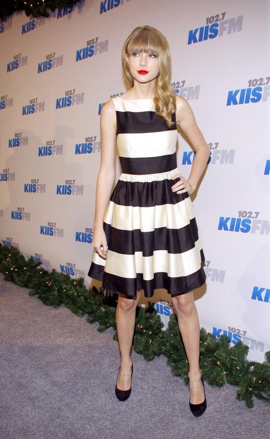 Taylor Swift w dziewczęcej sukience w paski (FOTO)