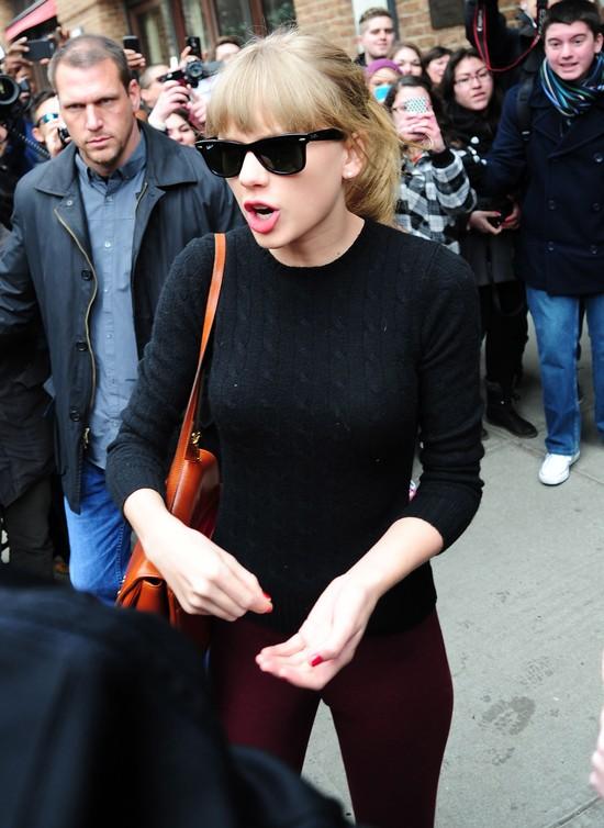 Taylor Swift w bordowych spodniach