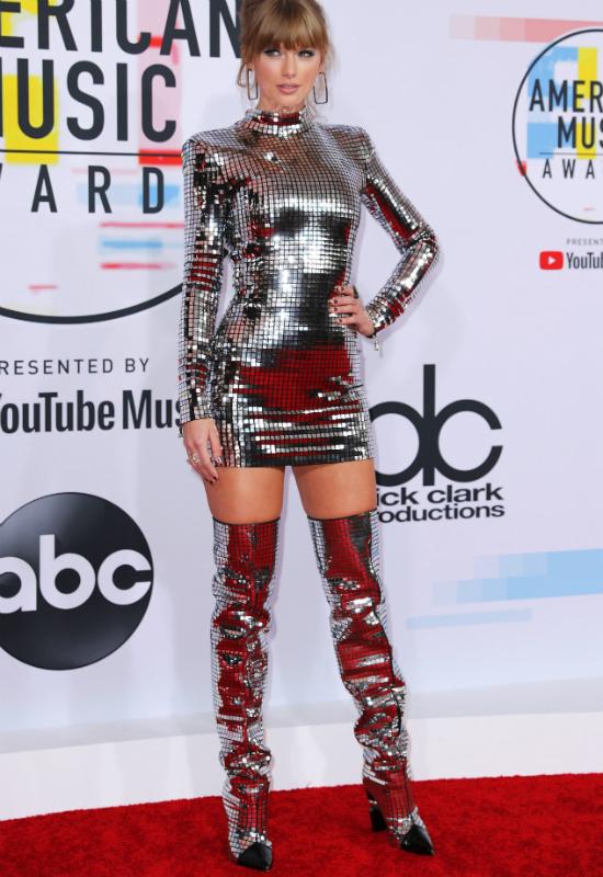 Taylor Swift inspiruje się Jennifer Lopez? Skopiowała jej starą kreację!