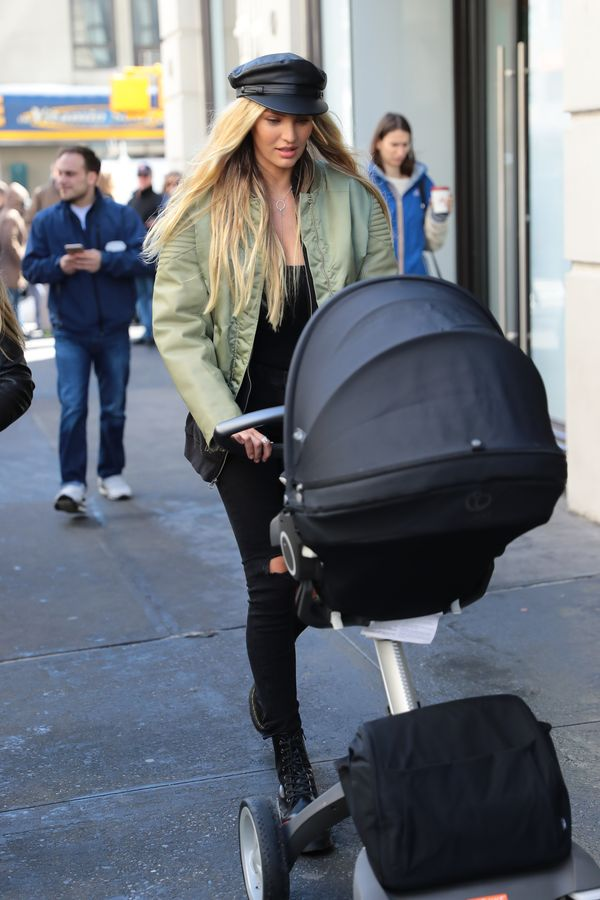 Candice Swanepoel karmi piersią synka podczas sesji zdjęciowej! (FOTO)
