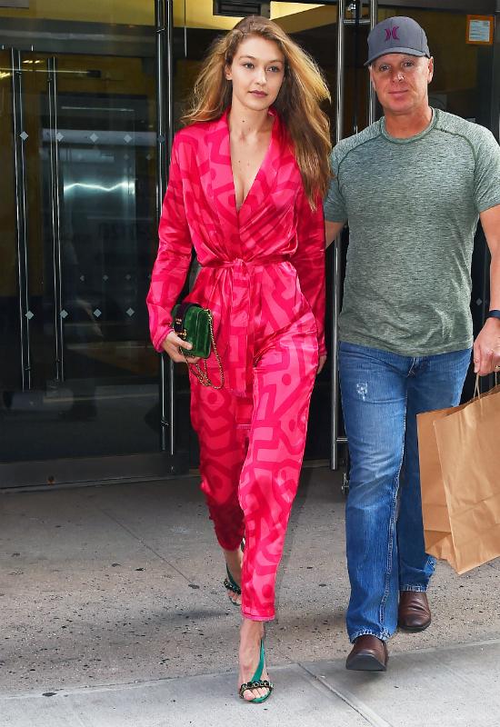 Kolejna gwiazda w stylizacji inspirowanej piżamą? Do kogo należy ten kombinezon?