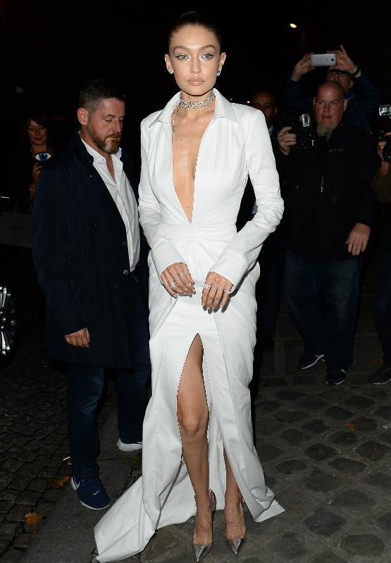 Bella Hadid w Paryżu też pokazała dekolt! Zrobiła to lepiej niż Gigi?!
