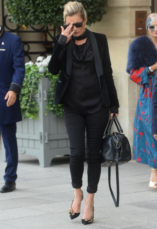 Co się stało z top modelką?! Zmęczona i zaniedbana Kate Moss w Paryżu (FOTO)