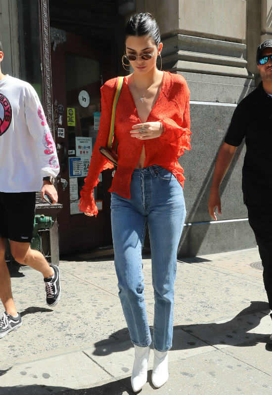 Coś tu nie gra...Kendall Jenner wygląda, jakby napadła na szafę Kim Kardashian!