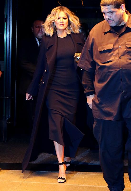 Sztuka znikania! Khloe Kardashian ukrywa sylwetkę pod obszerną bluzą z kapturem