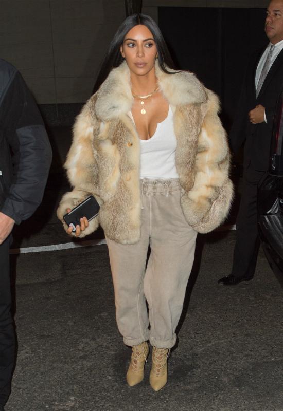 Kim Kardashian pokazała się w kusych majtkach i… rajstopach!