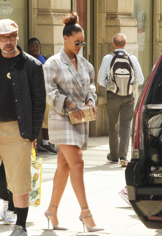 Jak połączyć oversizową kratę ze spodniami dresowymi? To wie tylko Rihanna!