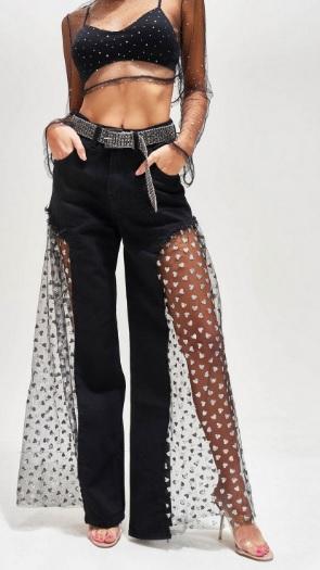 Klienci są nieco zaskoczeni spodniami, które proponuje jedna z brytyjskich marek