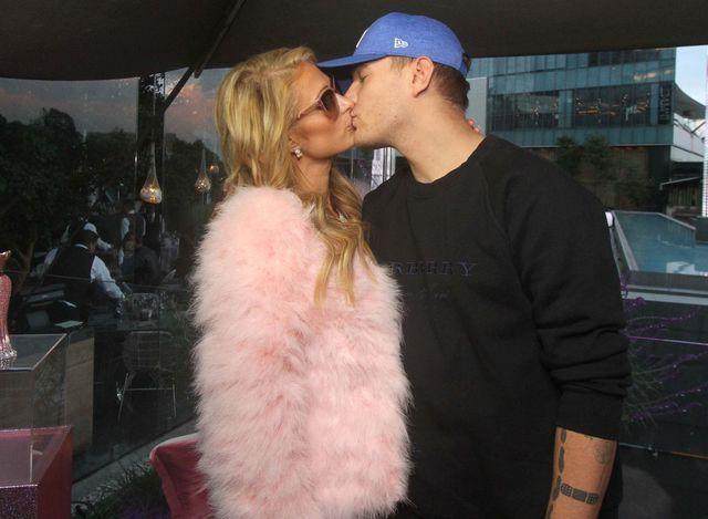 Paris Hilton zaręczona! Od takiego kamienia może rozboleć ręka... (FOTO)