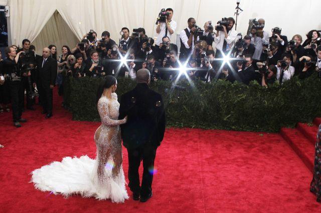Kim Kardashian zachwyciła w białej sukni z długim trenem