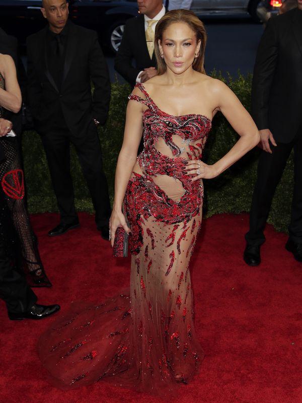 Jennifer Lopez w czerwonej przezroczystej sukni na Gali MET