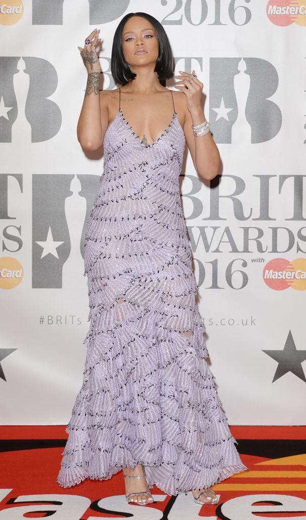 Rihanna i jej różowy makijaż na Brit Awards 2016 (FOTO)