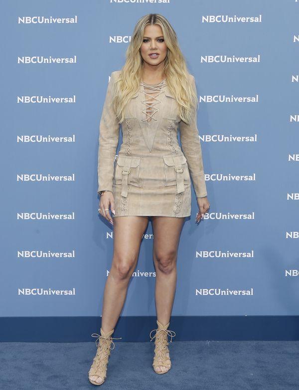 WOW! Khloe Kardashian pokazała ciążowy brzuszek w świątecznej stylizacji!