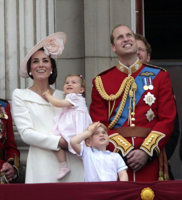 Księżniczka Charlotte debiutuje na słynnym balkonie (FOTO)