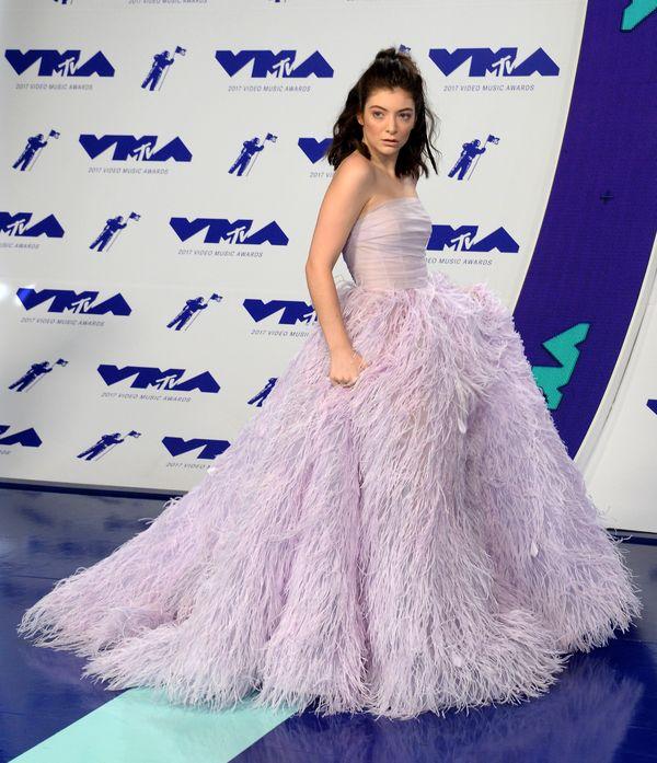Czy balowa suknia w liliowym odcieniu to aby na pewno klimaty Lorde? (FOTO)