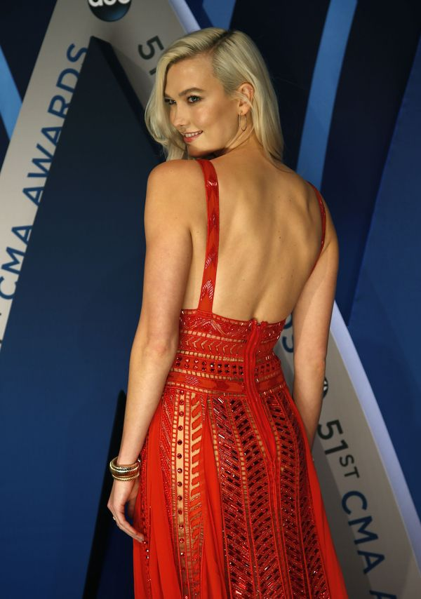 Karlie Kloss tą stylizacją udowadnia, że czerwień to zdecydowanie jej kolor!