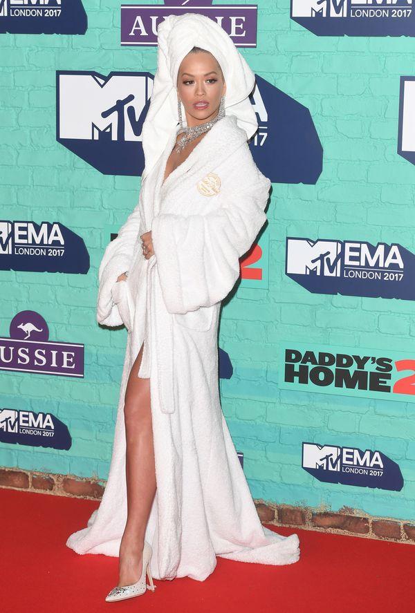 Przesada? Rita Ora na czerwonym dywanie z turbanem na głowie i w szlafroku...