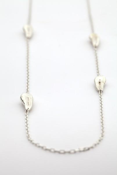 Makabryczna (?) kolekcja biżuterii z ludzkimi zębami...