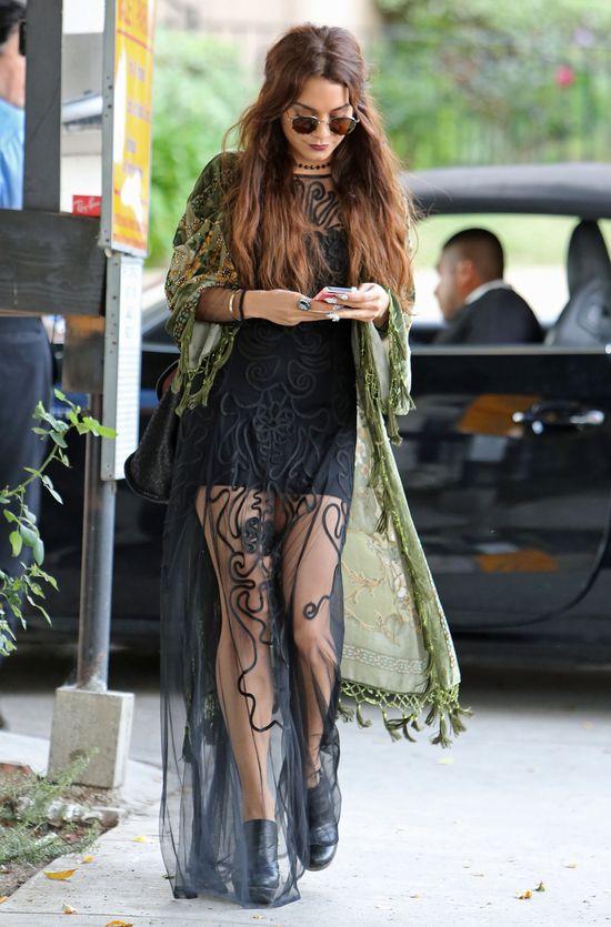 Vanessa Hudgens w długiej pelerynie