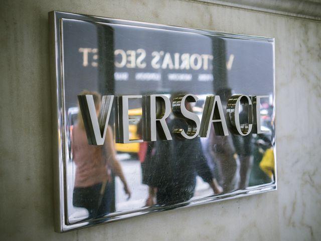 Ups! Versace w końcówce roku w centrum rasistowskiego skandalu z pozwem w tle