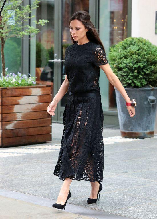 Sposób Victorii Beckham na czarną koronkową sukienkę (FOTO)